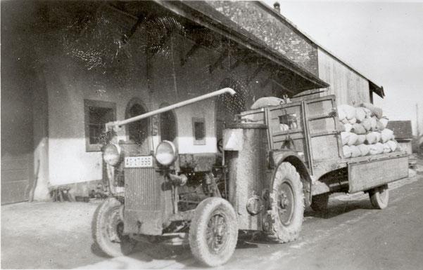 Foto von 1942: Traktor mit Holzvergaser vor der Wittnauer Mühlescheune
