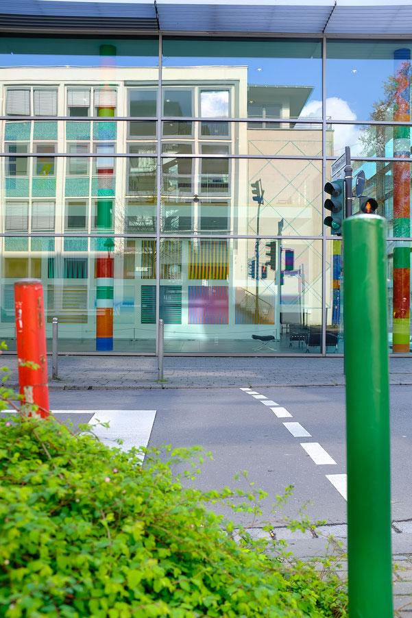 Bonn, Arithmeum,color, monocrom, schwarz-weiss, black and white, knallbunt,  Schwarzweissfotografie, kreative Fotografie, Fototipps, rot und grün