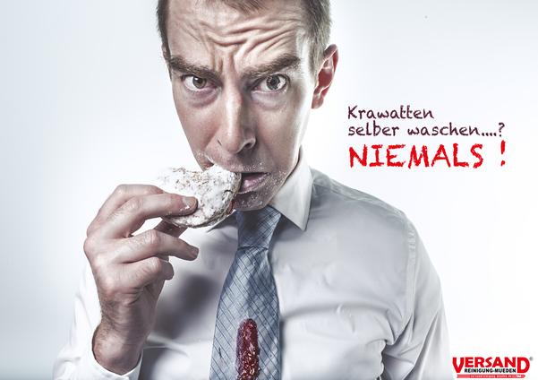 versandreinigung-mueden.de, Leistungen, Krawatte online reinigen, Bild zeigt mann mit Marmeladenfleck auf seinem Binder/Krawatte