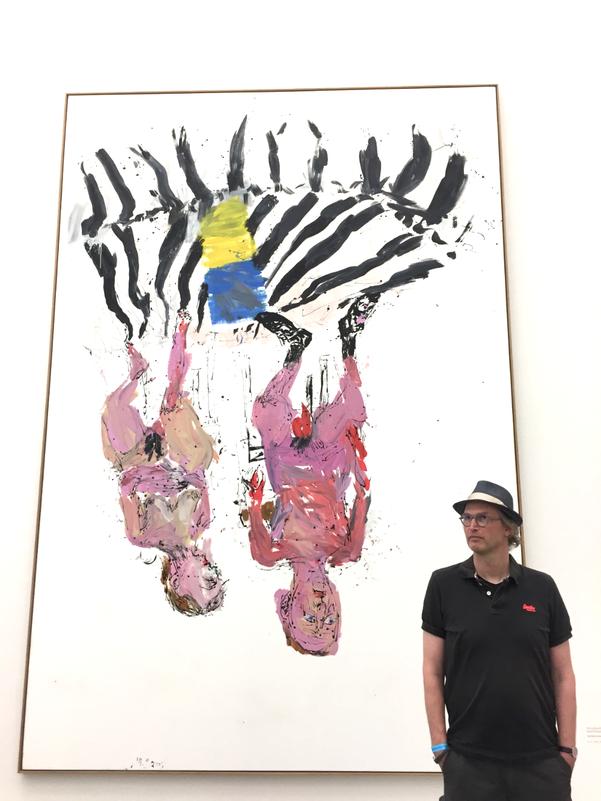 """Vor dem Bild """"Schlafzimmer (Remix)"""" von Georg Baselitz, Pinakothek der Moderne, München"""