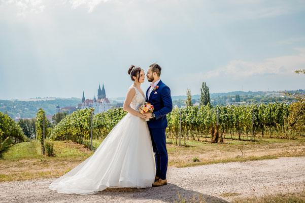 Brautpaar am See küsst sich