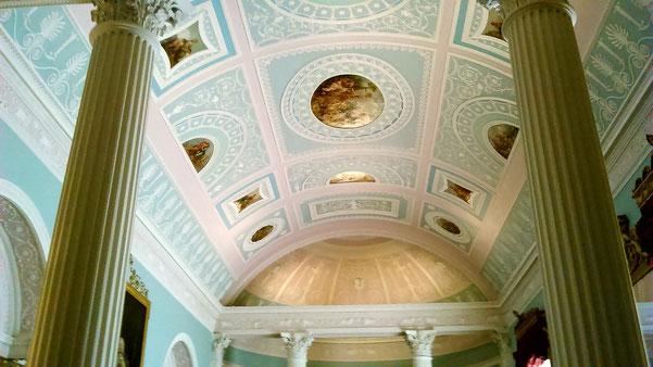 修復後のアダムの図書室。 マンスフィールド伯爵やベルが見ていた建築当時のカラーに修復され、昨年オープン。
