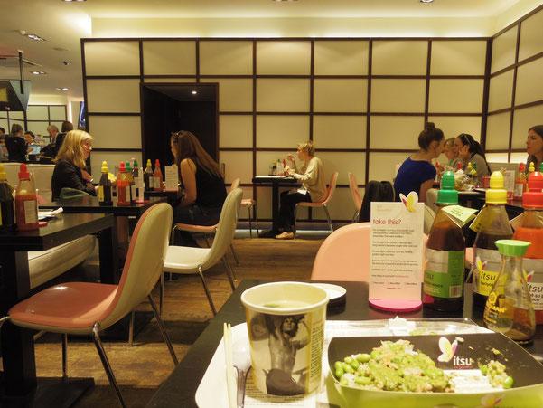 みそ汁が入るカップも、白黒写真のトップレスのモデル? シーティングや、テーブルスタンドはピンクでカラフル。