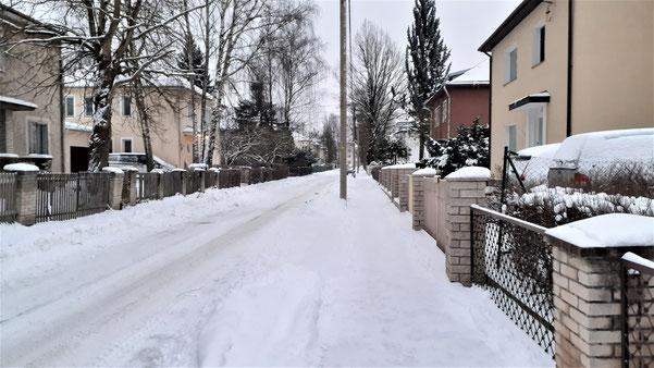 Eine estnische Straße im Winter bleibt stets mit Schnee bedeckt!