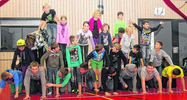 Noch sieht die Pyramide der Schüler-Artisten der Gemeinschaftsschule Mönchweiler nicht ganz perfekt aus. Im Laufe der kommenden Wochen werden sie das bis zur Aufführung im Juni noch fleißig üben.  Bild: Cornelia Putschbach