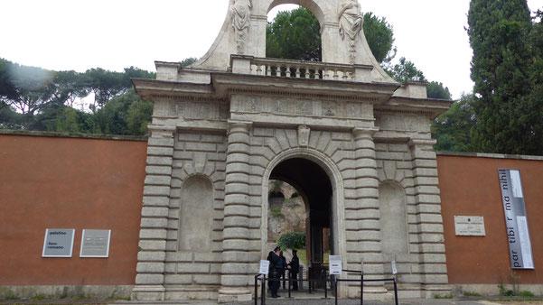 Den Eingang zum Palatin, einem der sieben Hügel Roms, lassen wir links liegen. Die Besichtigung des ältesten bewohnten Teils der Stadt müssen wir uns für einen mehrtägigen Besuch aufheben.