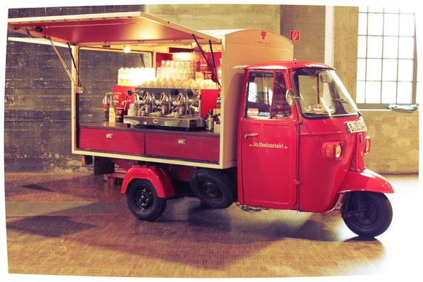 Oldtimer-Kaffeebarbar mit Dreigruppiger Siebträgermaschine. Piaggio Ape Kaffeebar. MP 600. Grimac. Faema. E-61.