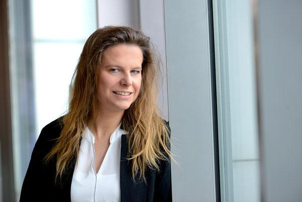 Heidi Reinhardt Kokreatives Coaching Business Coach Coaching und Fuehrung Kunst Aufnahme Gesicht weiblich beiger Hintergrund