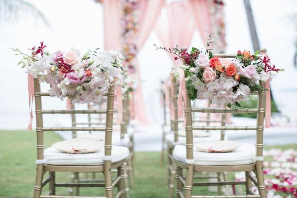freie Trauung-Stühle-Sitzkissen-liebevoll-Blumen-rosa-Traualltar-Foto Shutterstock