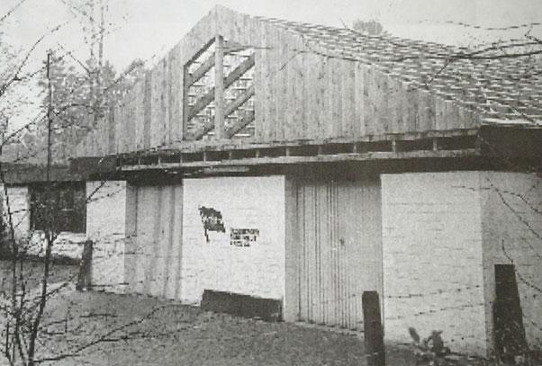 Bootshalle mit neuem Satteldach kurz vor dem Richtfest am 18. Februar 1989.