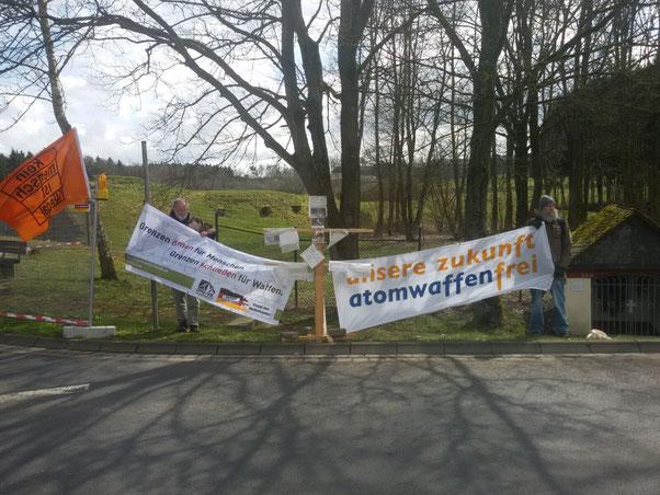 29.03.2016: Vor dem Atomwaffenstützpunkt. In der Mitte der Friedensbaum aus Gießen.