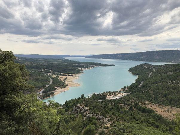 Aussicht auf den Lac de Ste Croix am Eingang der Verdonschlucht