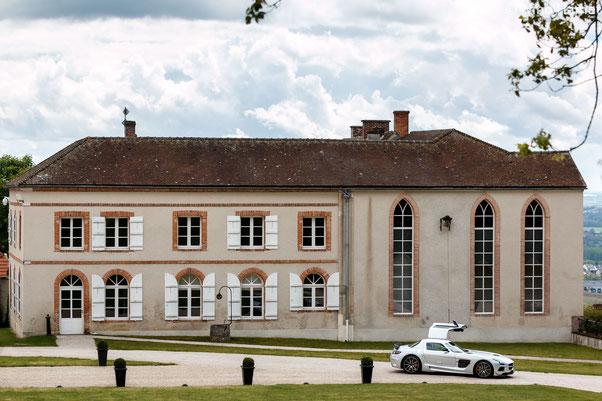 Voici l'Abbaye d'Hautvillers, avec la Mercedes-Benz SLS AMG Black Series qui prend la pose.