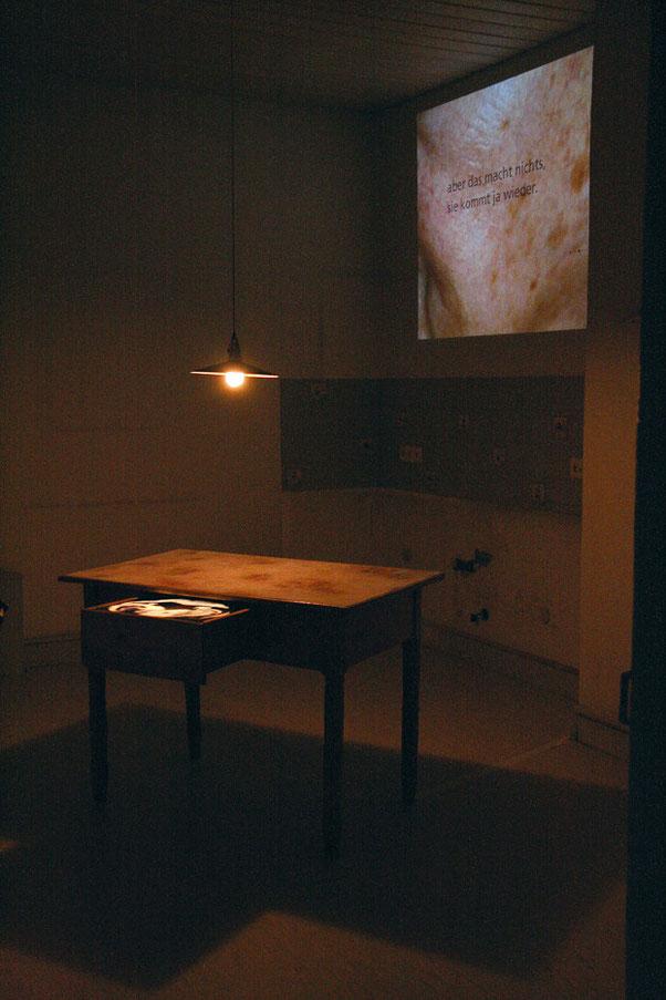 Tischzeit, alter Küchtisch mit Schublade, LED-Lcht, C-Print auf Opalfolie und Aludibond, 120 x 60 x 80 cm, 2006