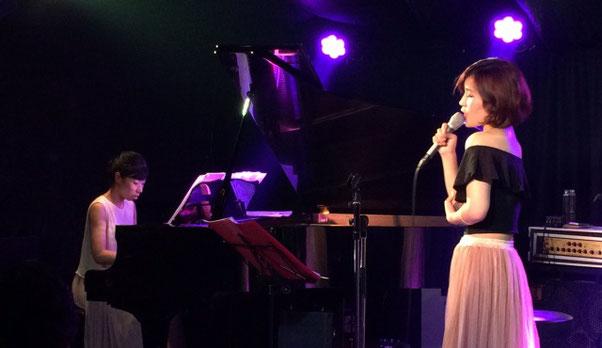 Heaven青山で大西 真由と内海 博子がディズニー曲を演奏している場面