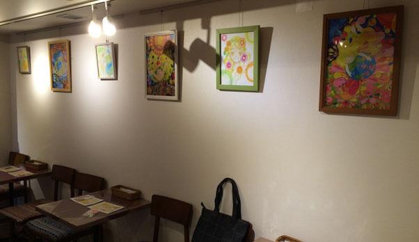 祖師谷大蔵カフェ・エクレルシに飾られている「ひさすえ さえこ」の絵とポストカード