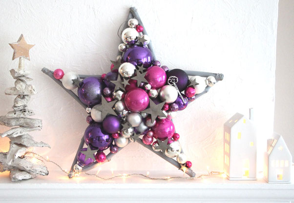 Großer Stern aus Glaskugeln in den pink, violett, silber und weiß, mit grauen Holzsternen.