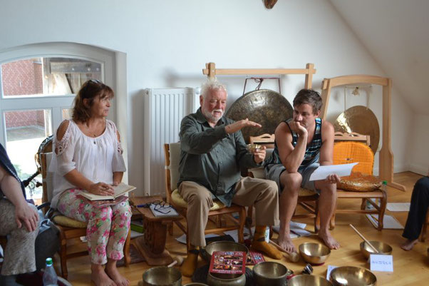 Mark, Peter und Helga unterhalten sich über die Herstellung der Hess Klangschalen in Nepal. Mark, seines Zeichens gelernter Kunstschmied, ist ganz in seinem Element.