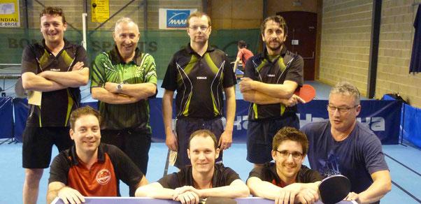 Debout : Julien, Michel, Marc et Pascal contre accroupi : Sylvain, Nicolas, Loïc et Régis