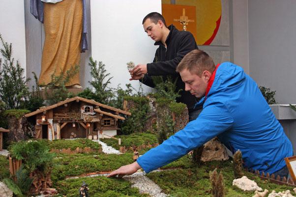 Die Krippenbauer bei ihrer Arbeit