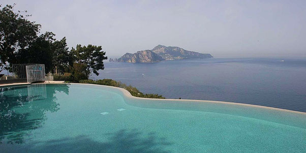 Blick auf Capri vom Infinity Pool