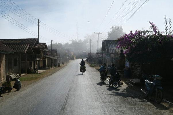 Village Hmong dans la brume matinale