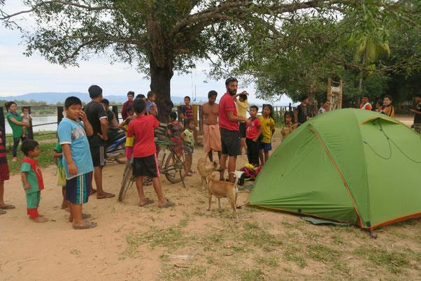 Camping dans un temple au bord du Mekong