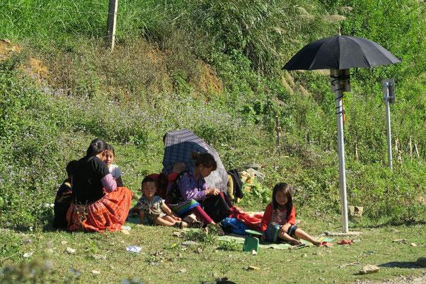 Famille Hmong en bord de route