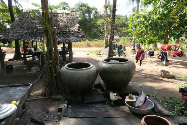 Cour typique cambodgienne : la réserve d'eau, une paillote... il ne manque plus que le hamac!