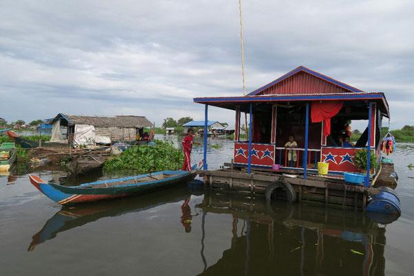 Maison flottante sur les rives du lac Tonle