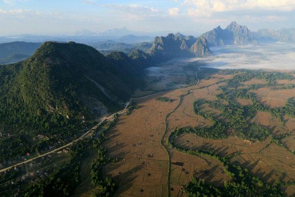 Les environs de Vang Vieng vus du ciel