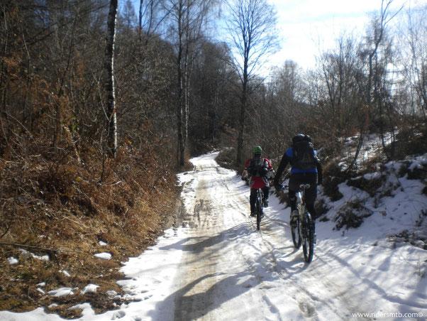 anche a Valpiana troviamo la neve.... le gomme aderiscono ....si pedala