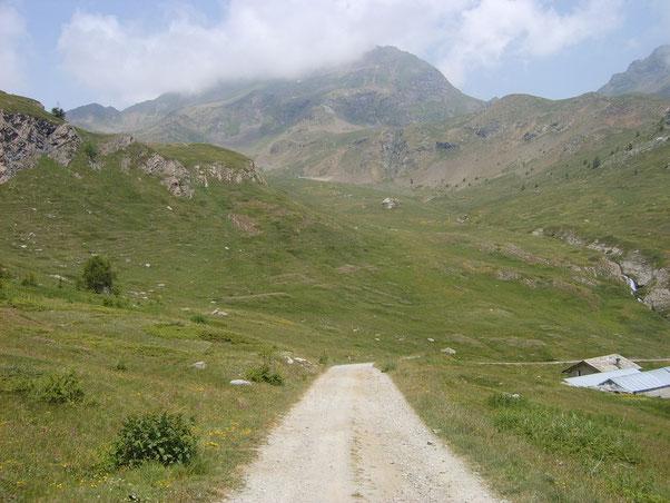 gran parte del giro lo effettuiamo sotto lo sguardo del Monte Fallere