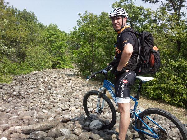 """dopo svariati km, il mondo sotto di noi è diventato un cumulo di pietre impossibili da percorrere in bici. Siamo nella Bessa, miniera a cielo aperto usata dai Romani ed ora """" Riserva Naturale Speciale""""."""