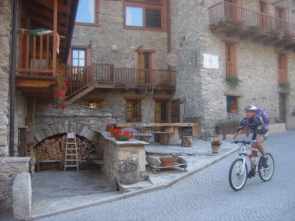 facciamo rifornimento d'acqua a Vernetti (dall'unica fontana presente nel percorso) vezzoso borgo d'altri tempi ben tenuto