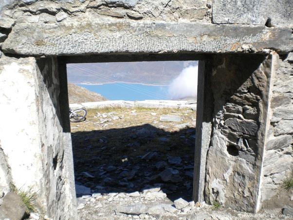 giunti alla meta ci affaciamo dalle finestre ..........lato Est...il lago del Moncenisio..........