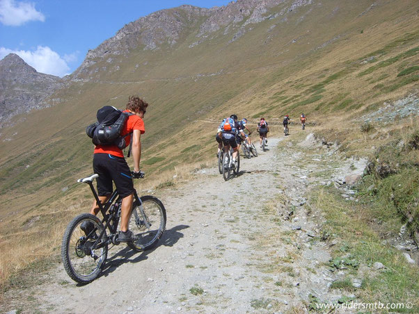 Luca è una macchina da guerra....pedala una bici da 17 kg con forcellone da 38 e 180 di escursione con angolo sterzo tipo Custom......di sicuro si divertirà di più in discesa