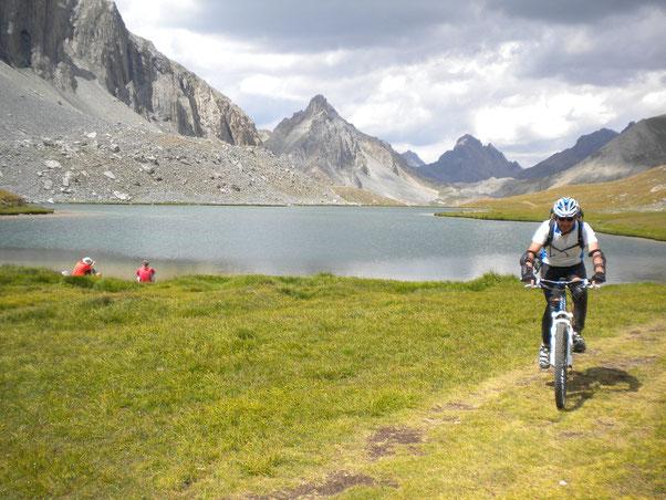 Al lago dell'Oronaye la tentazione  di svaccare è alta...ma il tempo stringe