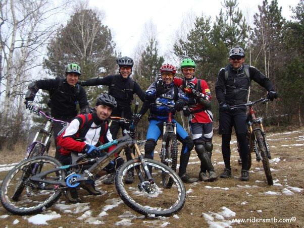 al Colle della Selva scattiamo la foto di rito - con quattro bikers in meno - poi  breve portage per imboccare il sentiero che ci fionderà a Croce dei castelli, bella variante della Direttissima!!