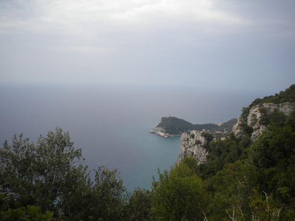 Scopriamo poi di trovarci sul tracciato dove si svolge la famosa 24h di Finale Ligure,  Single trak divertente con finestre e balconate sul mare.