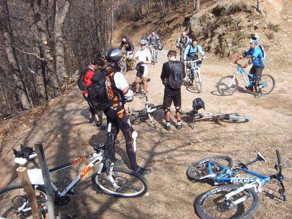 a fine salita.....incontriamo una marea di bikers in arrivo da tutta l'Italia con lo scopo di memorizzare i passaggi dei vari percorsi ....chi arriva pedalando e chi in shuttle