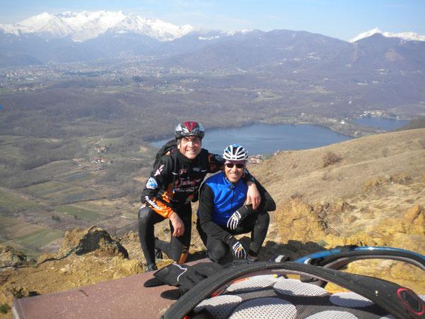 in cima al Moncuni, in  mancanza dell'auto scatto, Nico si sacrifica alla foto di gruppo