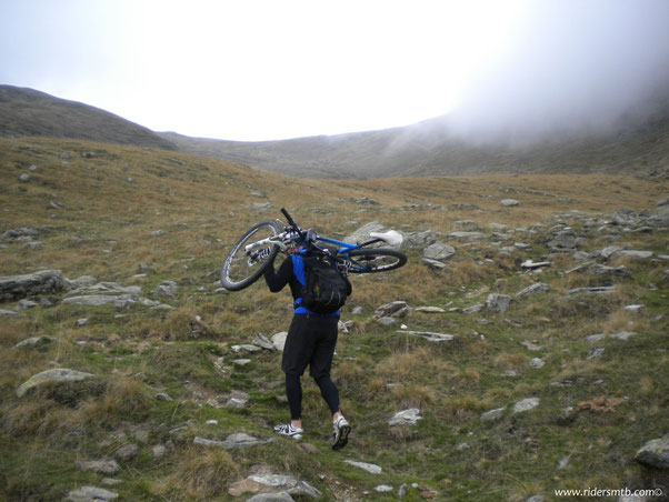 ebbene si!!! si spalla per 300 metri di dislivello fino al Colle La Roussa...proprio lassù!!