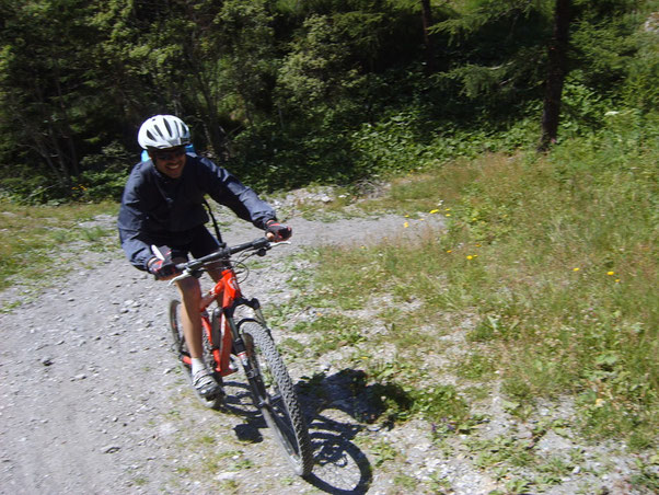 evitiamo il tratto del Tour che entra in Val Troncea per evidenti motivi ed allegri annusiamo il traguardo.