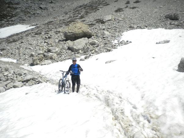 gli ultimi nevai gli attraversiamo agevolmente