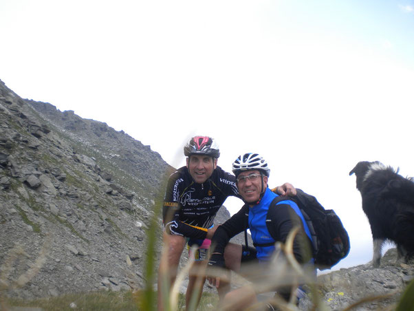 Ancora un km, senza molto faticare, giungiamo al Col Clapier, punta più alta del tracciato ed ultimo obbiettivo della giornata, dove ci facciamo immortalare in una foto mentre Fido ci guarda le spalle.