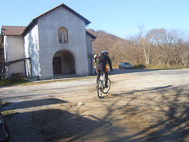 l'arrivo alla chiesetta della Madonna della Neve che coincide con l'AV, (Alta Via dei monti Liguri)