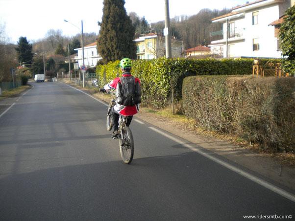 """felici come bimbi ci inerpichiamo per raggiungere la Cremosina dove vi è la partenza del sentiero """"prova 2000"""""""