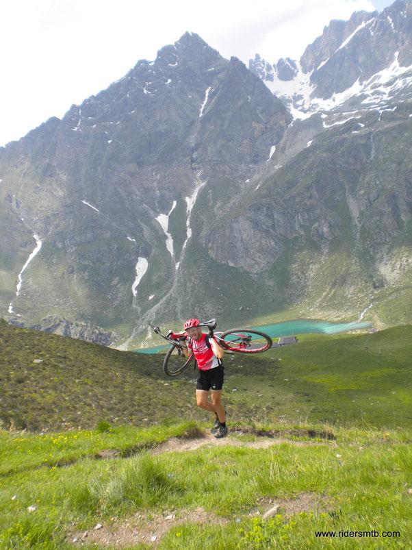 dall'Alpe di Cigniana  di pedalare non se ne parla .....per raggiungere la finestra  omonima si spalla per circa 15 minuti......qui termina la prima parte di ascesa, sin ora sono 1700 m.!!