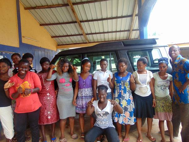 Togohilfe mit neuem Geländewagen vor Ort